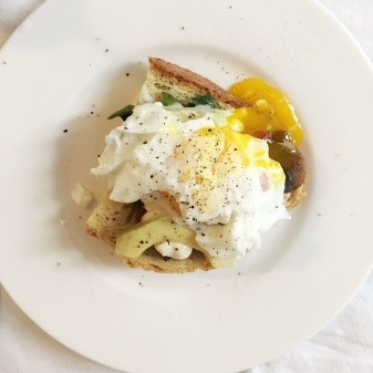 crostini di verdure e uova per brunch